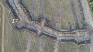 Villiönsuvannon tutkimusalue. Paalurakennuksen pohja keskellä kuvaa. Suorat viivat jälkiä koetutkimuslinjoista ja vanhoista sarkaojista.